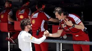 Alonso saluda a Ferrari